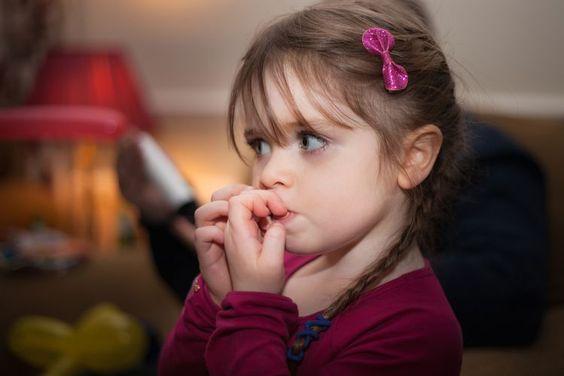جویدن ناخن یکی از عادات غلط دهانی